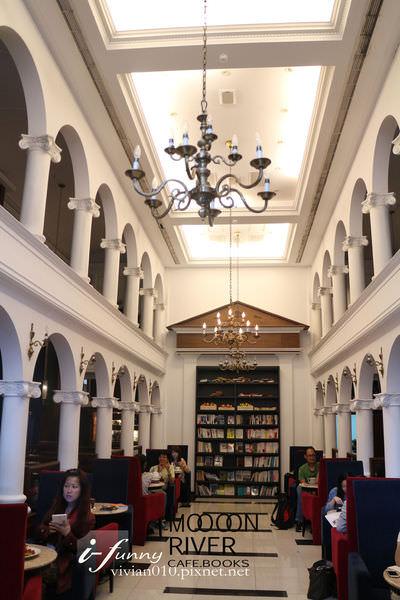 【港墘站】MOOOON RIVER Cafe & Books~彷佛走入歐洲圖書館